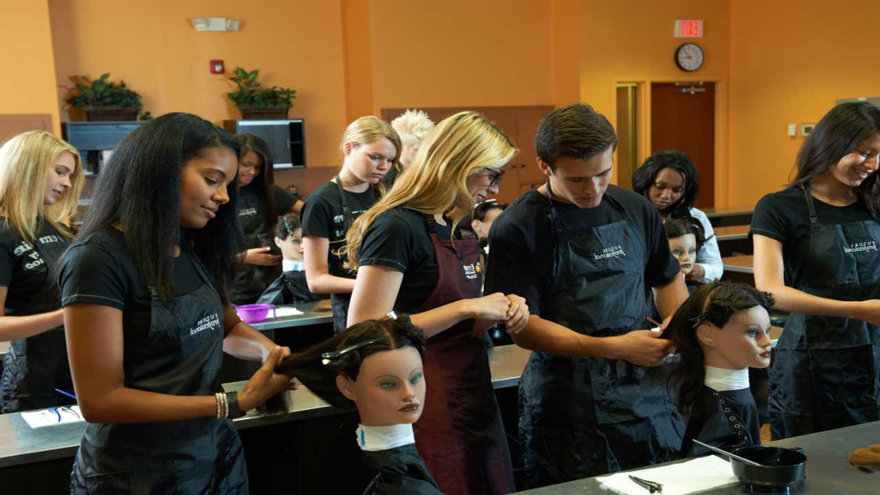 3 Top Reasons to Enroll in a Cosmetology School